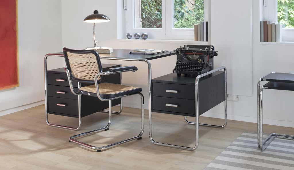 Schreibtisch Mit Dem Passendem B Rostuhl Und Vieles Mehr